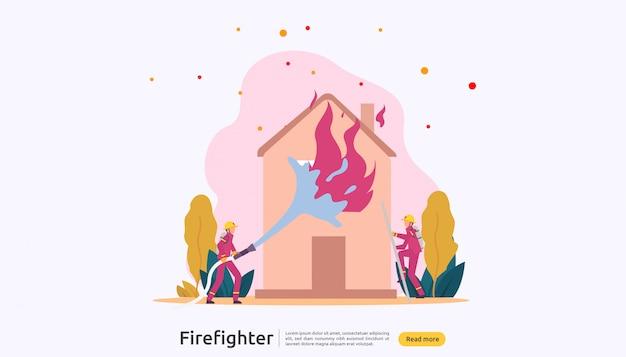 Brandweerman in uniform met waternevel van slang voor brandbestrijding brandend huis