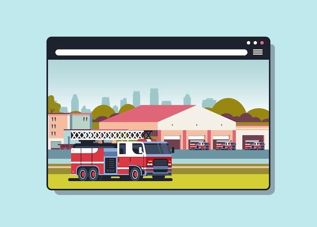 Brandweerman vrachtwagen in de buurt van gebouw van brandweerkazerne brandbestrijding concept digitale brandweer in web browservenster horizontaal