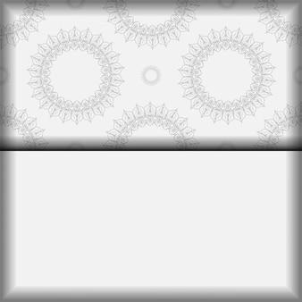 Briefkaartontwerp witte kleuren met mandalaornament. vector uitnodigingskaart met plaats voor uw tekst en vintage patronen.