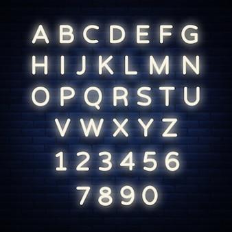 Bright neon alfabetletters, cijfers en symbolen ondertekenen