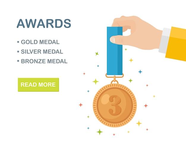 Bronzen medaille met blauw lint voor de derde plaats in de hand