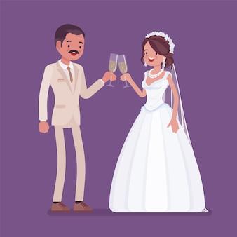 Bruid en bruidegom genieten van een drankje op de huwelijksceremonie