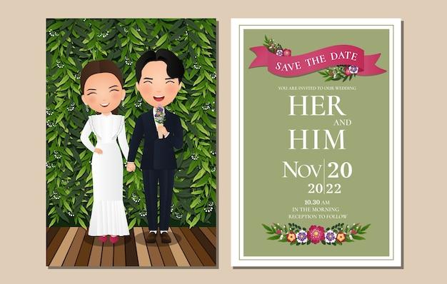 Bruiloft uitnodigingskaart de bruid en bruidegom schattige paar stripfiguur met groene bladeren achtergrond.