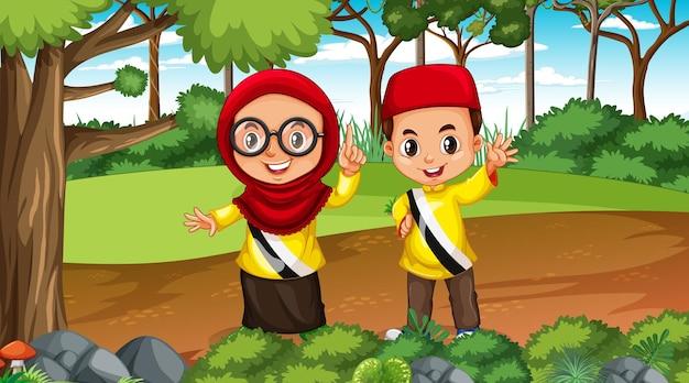 Brunei-kinderen dragen traditionele kleding in het boslandschap