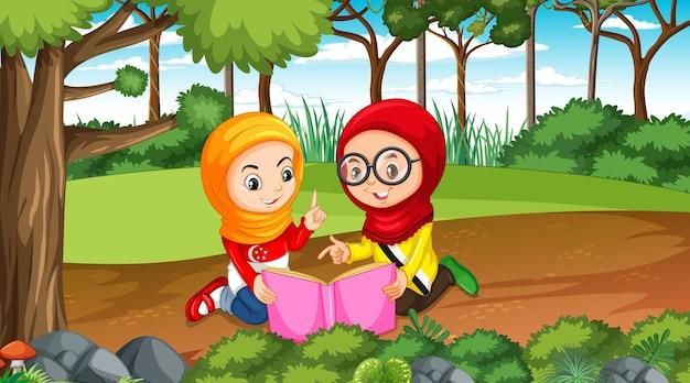 Brunei-kinderen dragen traditionele kleding terwijl ze een boek lezen in het boslandschap