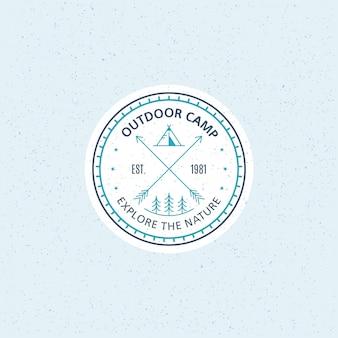 Buitenkamp badge. zwart-wit lijn illustratie. trekking, camping embleem.