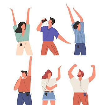 Bundel van gelukkige mensen die aan muziek luisteren die op witte achtergrond wordt geïsoleerd. reeks mannen en vrouwen die oortelefoons en hoofdtelefoons dragen, aan muziek luisteren en dansen. platte vectorillustratie.