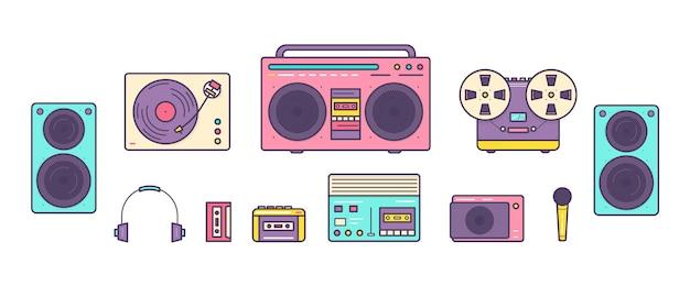 Bundel van retro analoge muziekspelers, reel-to-reel en cassetterecorders, draaitafel, koptelefoon, microfoon, luidsprekers geïsoleerd op een witte achtergrond. set toestellen uit de jaren 90. gekleurde vectorillustratie.