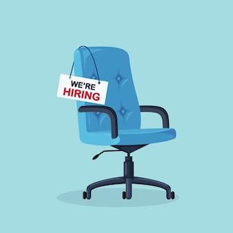 Bureaustoel met leeg bord. zakelijk inhuren, wervingsconcept. vrije zetel voor werknemer, werknemer