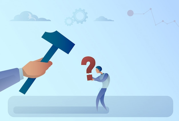 Business man hand raken vraagteken met hamer