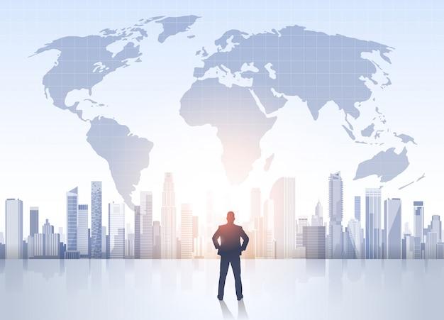Business man silhouet over stad landschap wereld kaart moderne kantoorgebouwen