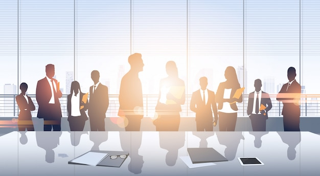 Business mensen groep vergadering silhouetten modern kantoorgebouw interieur panoramisch venster