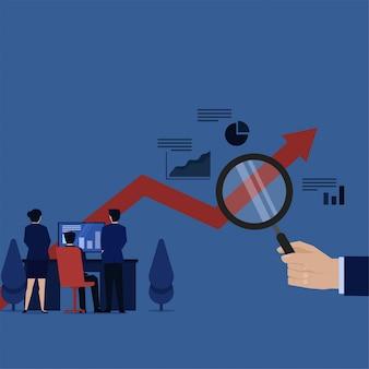 Business team monitoring grafiek op scherm en handgreep vergroten metafoor van het analyseren van de voortgang.