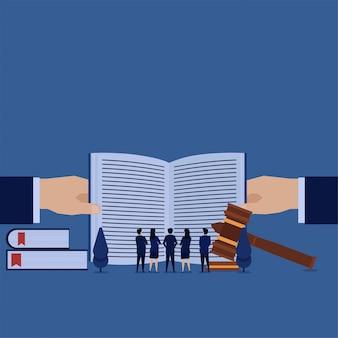 Business team ziet open boek metafoor van voorwaarden en licentie.