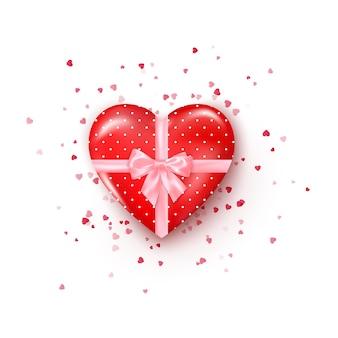 Cadeau in hartvormige doos met roze zijden lint en strik