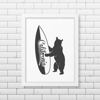 Californische beer met een surfplank - typografisch realistisch vierkant wit frame op de bakstenen muur.