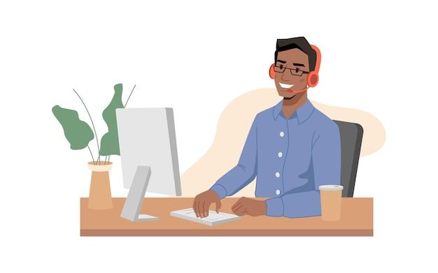Callcenter afro-amerikaanse man-operator glimlacht in koptelefoon met microfoon en typt op toetsenbord