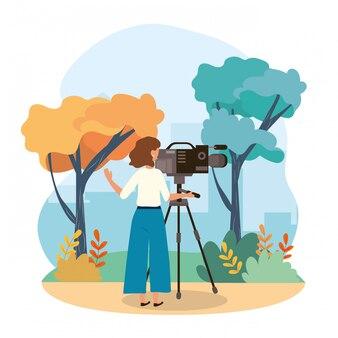 Camera vrouw met camcorder professionele apparatuur en bomen met struiken planten