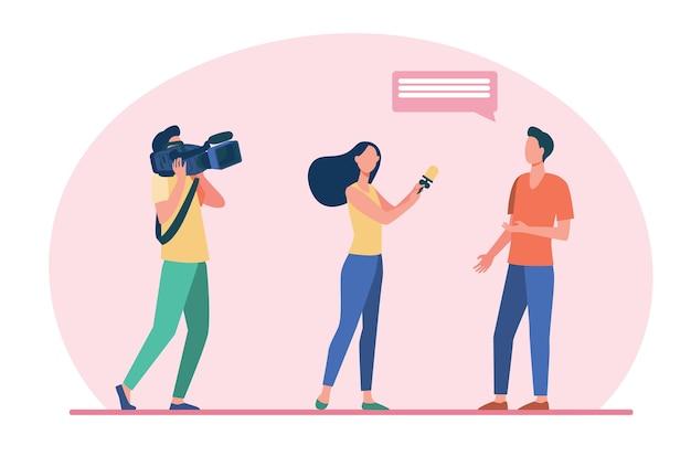 Cameraploeg maakt reportages. journalist interviewen man terwijl operator vlakke afbeelding fotograferen.