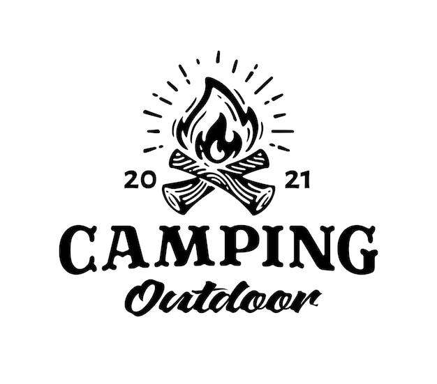 Camp logo met kampvuur label van kamperen buiten
