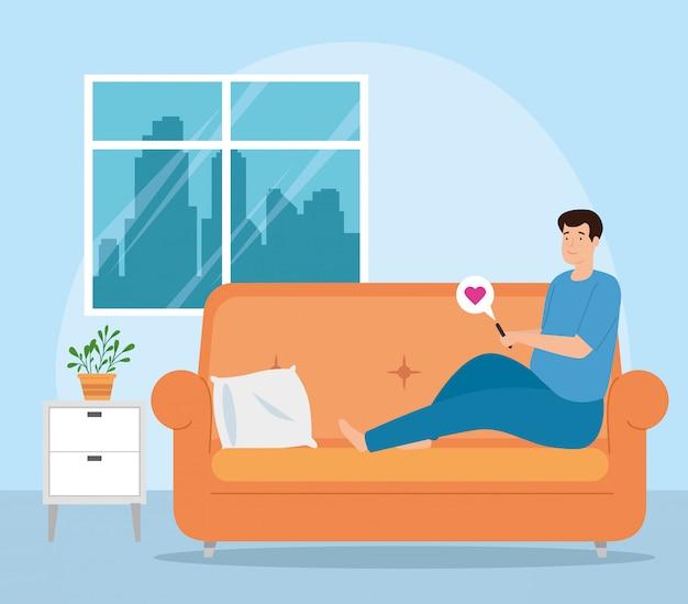 Campagne thuis blijven met man in woonkamer chatten in smartphone