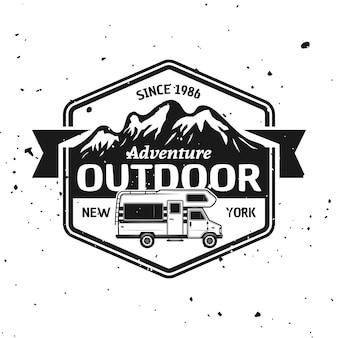 Camper van en bergen vector monochroom embleem, label, badge, sticker of logo geïsoleerd op gestructureerde achtergrond