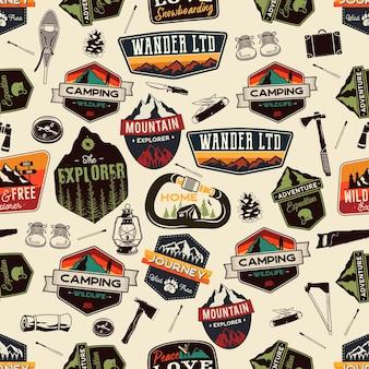 Camping avontuur naadloos patroon met outdoor ontdekkingsreiziger patches en wandelen symbolen pictogrammen. voorraad vector ongebruikelijke achtergrond behang.