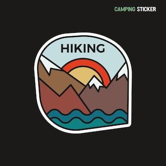 Camping avontuur sticker ontwerp. reizen handgetekende patch. wandelen en bergen label. voorraad vector.