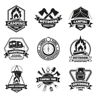Camping buiten emblemen. toeristische wandelen vintage outdoor avontuur etiketten geïsoleerde vector illustratie set. badges voor kampeeruitrusting voor buiten