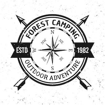Camping en outdoor avontuur vector vintage embleem, label, badge of logo geïsoleerd op een witte achtergrond