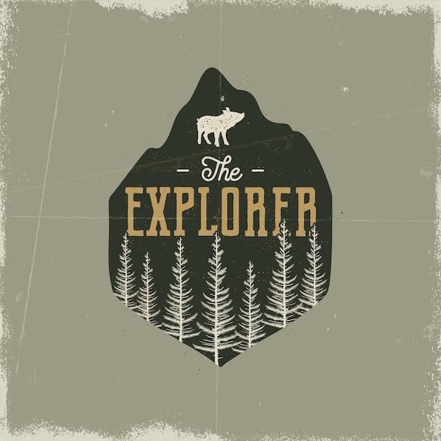 Camping wildlife-badge. het explorer-logo. berg avontuur embleem in silhouet retro stijl. met dennenbos, varken en tekst. reis patch. voorraad vector wandelen label geïsoleerde grunge achtergrond.