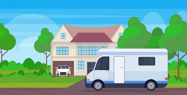 Caravan auto familie aanhangwagen vrachtwagen stayin in de buurt van cottage huis recreatief reisvoertuig voorbereiden op reizen camping concept landschap achtergrond vlak horizontaal