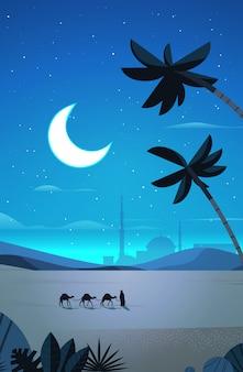 Caravan van kamelen gaan door nacht woestijn eid mubarak wenskaart ramadan kareem sjabloon arabisch landschap verticale volledige lengte illustratie