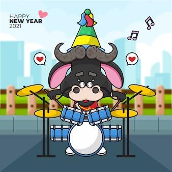 Cartoon afbeelding van een os met een feestmuts drummen en gelukkig nieuwjaar