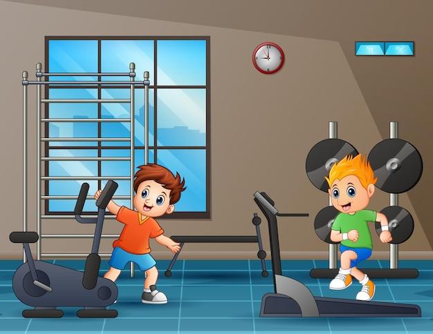 Cartoon afbeelding van gelukkige jongens in de sportschool
