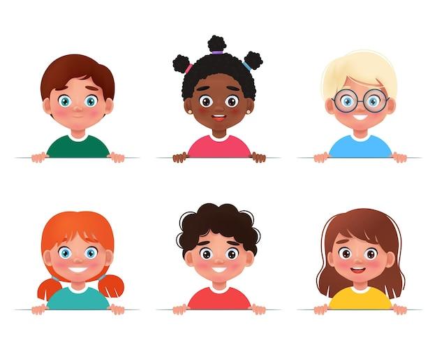 Cartoon collectie van kleine jongens en meisjes portretten met een witte lege kinderen houden banner