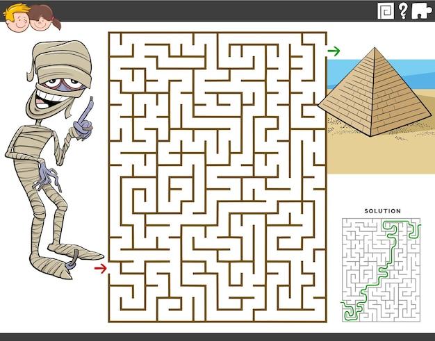 Cartoon doolhof puzzelspel voor kinderen met mummie karakter en piramide