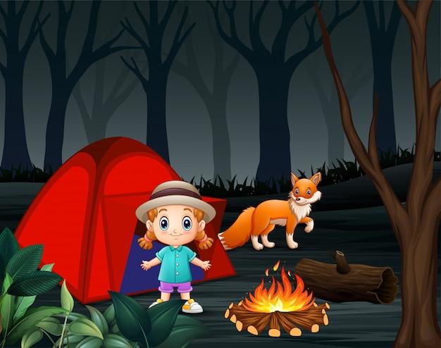 Cartoon een klein meisje en een vos op een camping