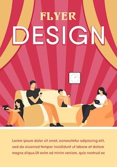 Cartoon familie om thuis te zitten met gadgets geïsoleerd plat flyer-sjabloon