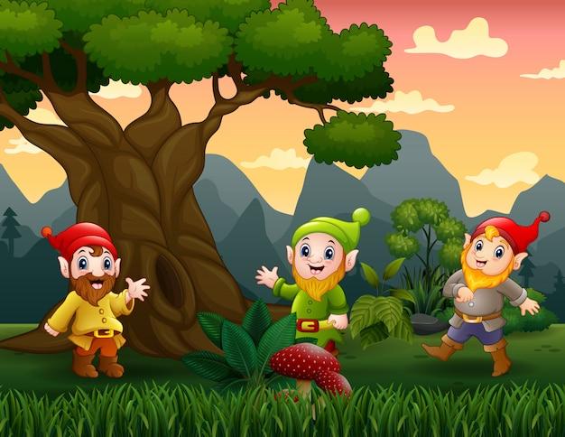 Cartoon gelukkig dwerg in het bos
