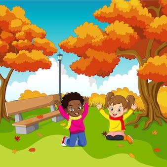Cartoon gelukkige jonge geitjes in herfst park