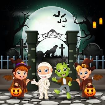 Cartoon gelukkige kinderen met halloween-kostuum