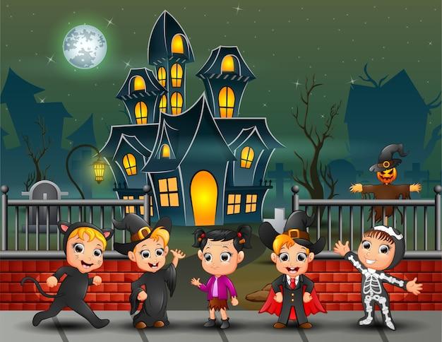 Cartoon gelukkige kinderen op de halloween-dag