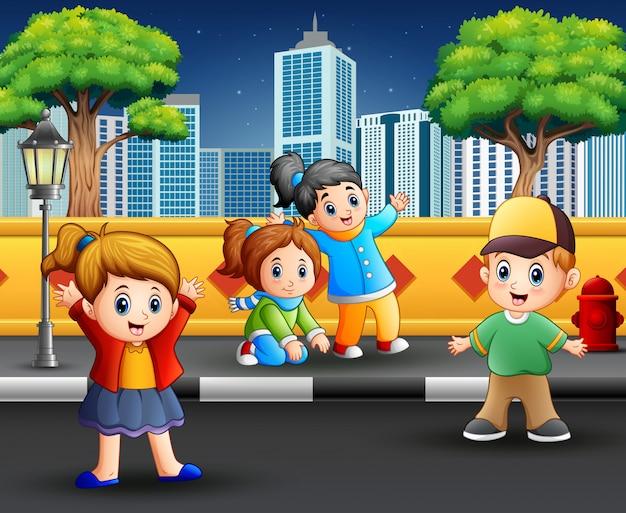 Cartoon gelukkige kinderen op de stoep