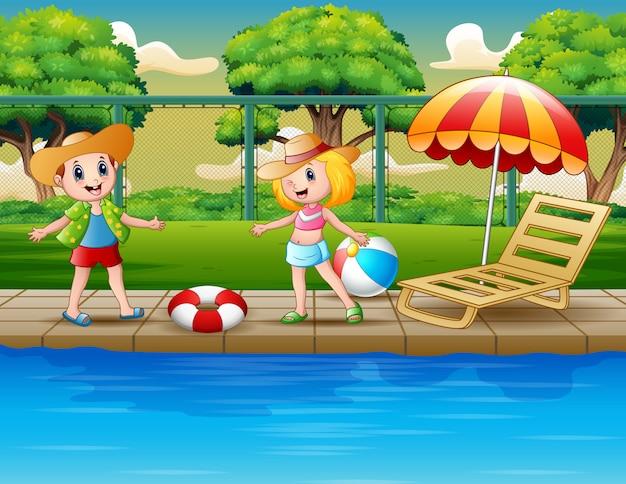 Cartoon gelukkige kinderen spelen bij het zwembad