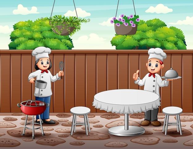 Cartoon gelukkige twee chef-koks leveren eten voor de klant