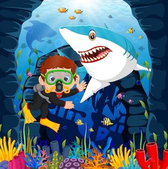 Cartoon jongen duiken in de zee met haai