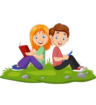 Cartoon jongen en meisje het lezen van boeken op het gras