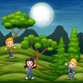 Cartoon kinderen in de groene achtergrond van een veld