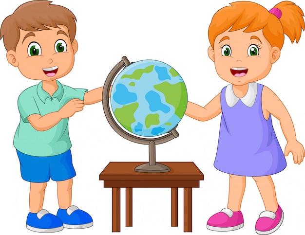 Cartoon kinderen kijken naar globe op de tafel